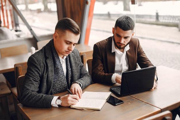 Dois, homens negócios, trabalhando, em, um, café