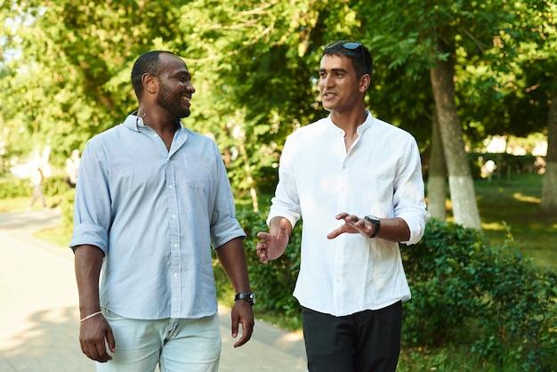Dois homens negros estão falando.