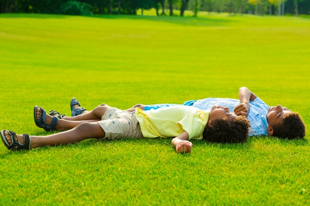 Dois irmãos estão deitados em uma clareira e têm uma conversa interessante