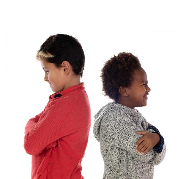 Dois irmãos furiosos de costas