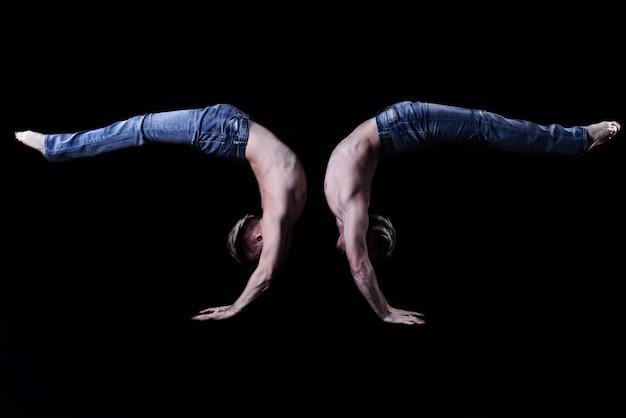 Dois irmãos gêmeos realizam elementos acrobáticos