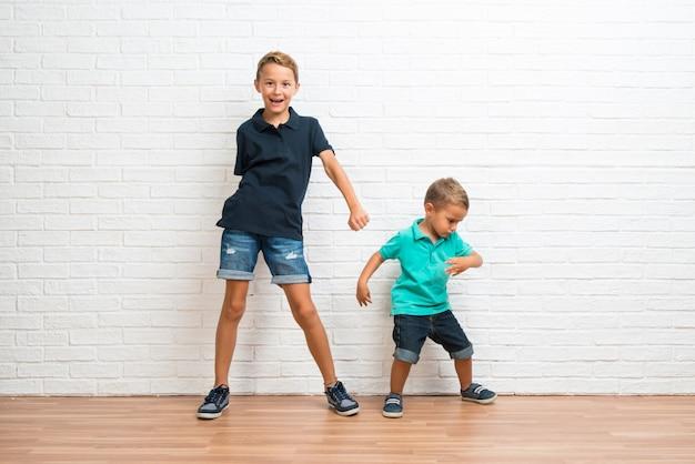 Dois irmãos mais novos dançando