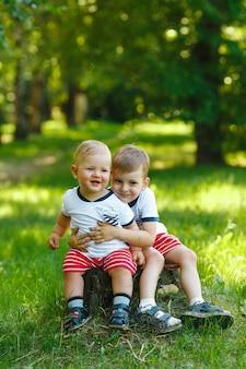 Dois irmãos mais novos no parque