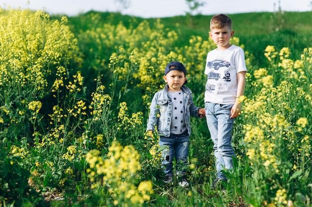 Dois irmãos na natureza
