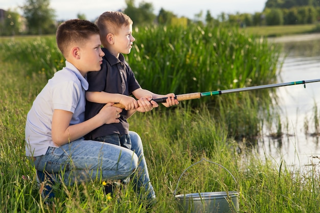 Dois irmãos, pesca, ao ar livre