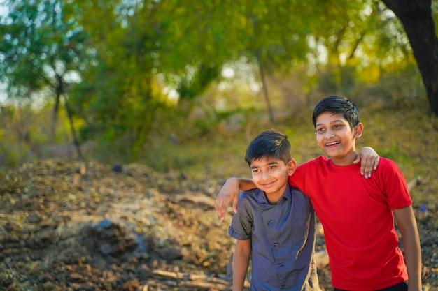 Dois irmãozinho indiano abraçando um ao outro