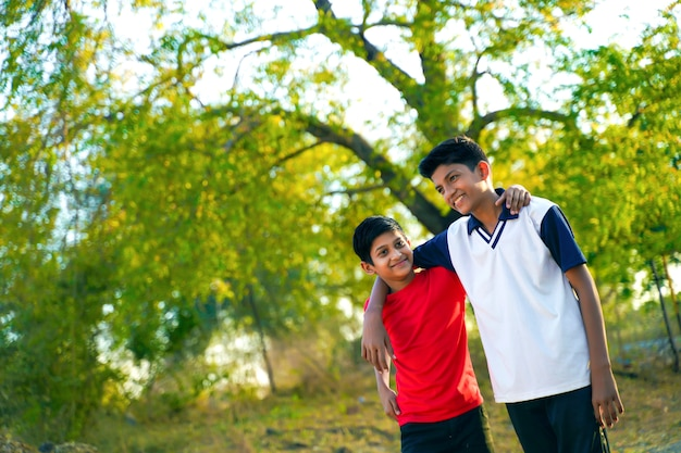 Dois irmãozinho indiano andando na estrada