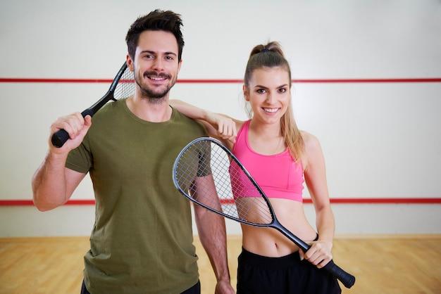 Dois jogadores de squash com raquetes
