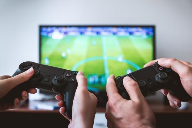 Dois jogadores jogando videogames na tv em casa