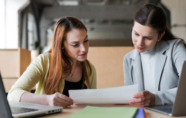 Dois, jovem, executiva, olhar, papel, em, escritório