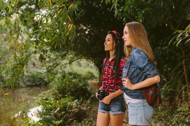 Dois, jovem, femininas, hikers, explorar, floresta