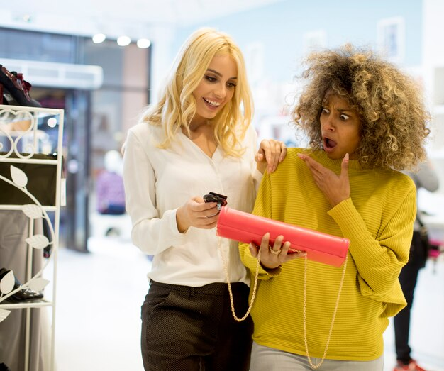 Dois, jovem, multiétnico, mulheres, comprando, bolsa, loja