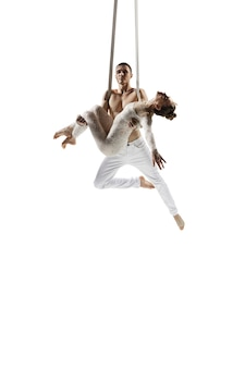 Dois jovens acrobatas atletas de circo isolados no branco