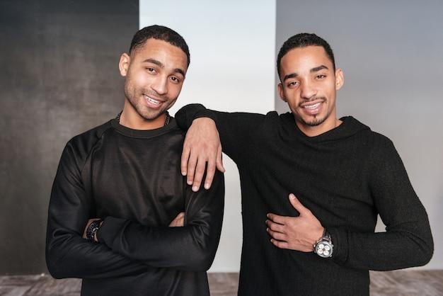 Dois jovens afro-americanos confiantes felizes