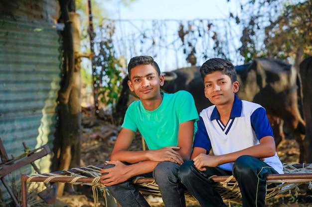 Dois jovens amigo sentado e conversando na frente de casa