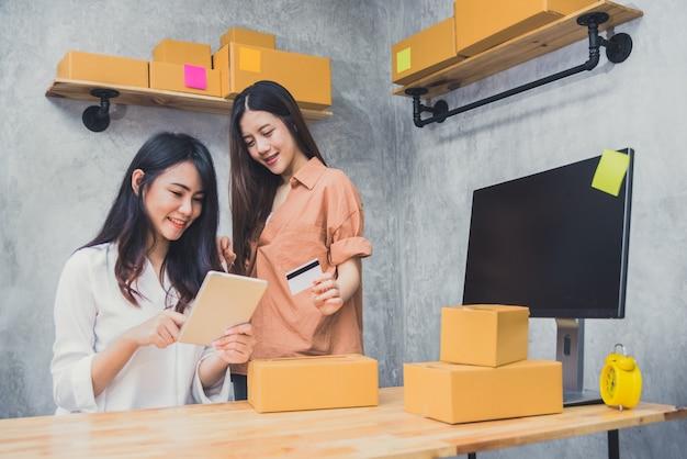 Dois jovens asiáticos iniciam pequenas empresas empresárias empreiteiro de distribuição de pme