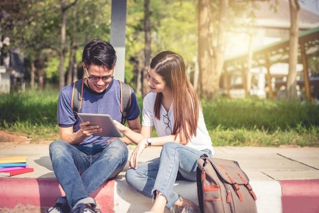 Dois jovens asiáticos jovens que discutem sobre tarefas domésticas e exame final para testes.