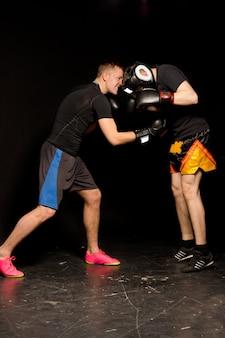 Dois jovens boxeadores lutando no ringue