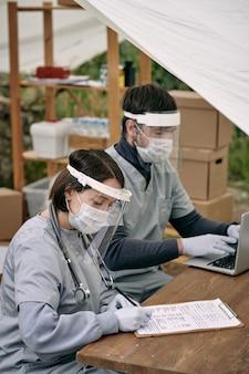 Dois jovens clínicos contemporâneos fazendo seu trabalho