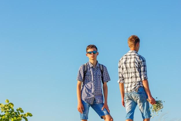 Dois jovens contra o céu, um relacionamento um com o outro