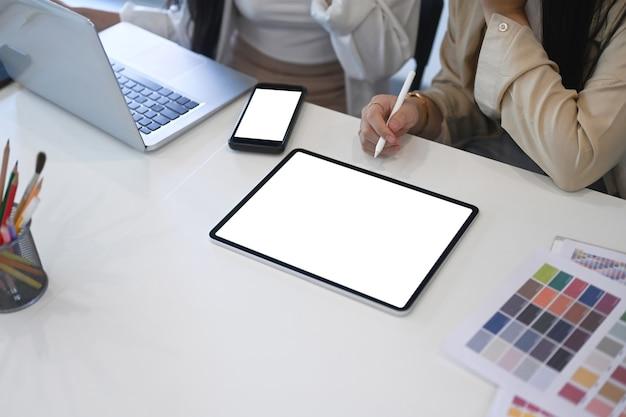 Dois jovens criativos trabalhando juntos em um escritório moderno.