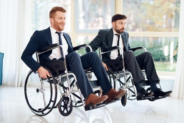 Dois jovens deficientes em trajes de negócios.
