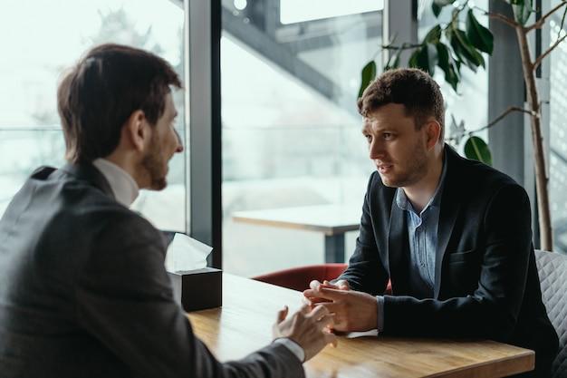 Dois jovens empresários discutindo algo