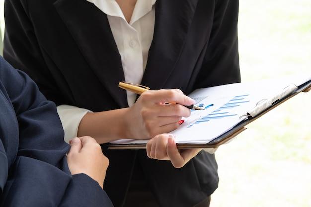Dois jovens empresários falando sobre documentos