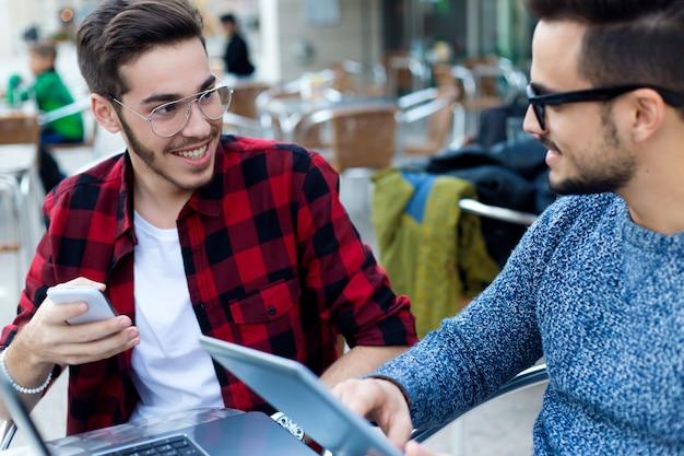Dois jovens empresários que trabalham na cafeteria.