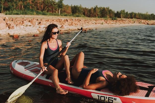 Dois jovens estão colocando na ressaca na água.
