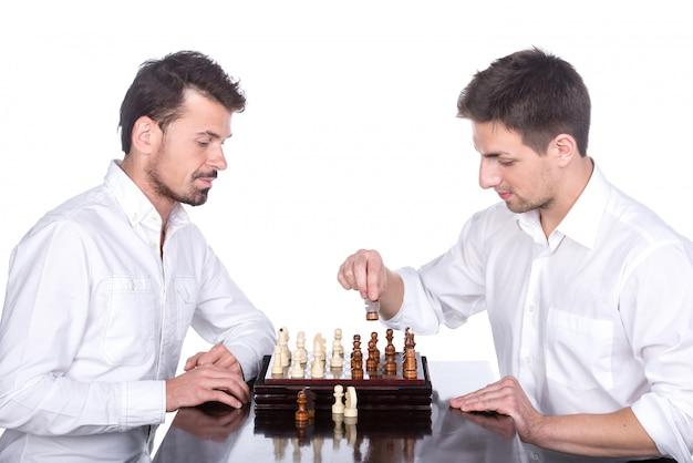 Dois jovens estão jogando xadrez