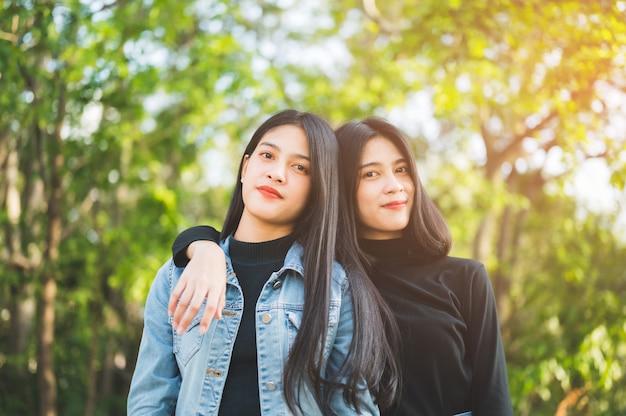 Dois jovens estudantes andam na universidade.