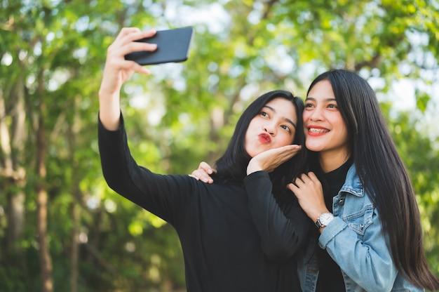 Dois jovens estudantes tiram uma selfie na universidade.