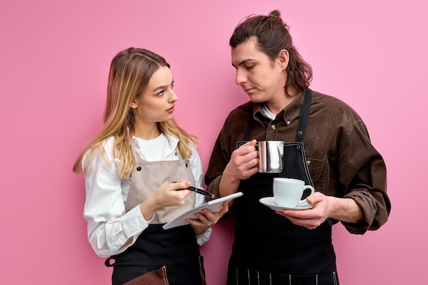 Dois jovens estudantes trabalham como garçons, conversam durante o trabalho