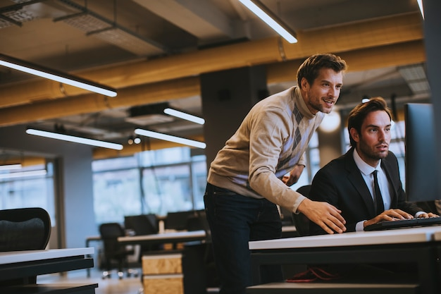 Dois jovens funcionários trabalhando no escritório
