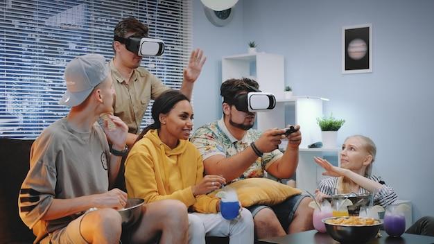 Dois jovens jogando jogo online em óculos de realidade virtual, um cara vence a batalha