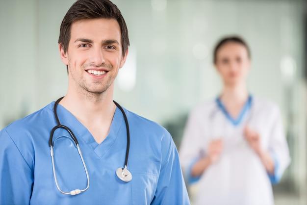 Dois jovens médicos no consultório médico.