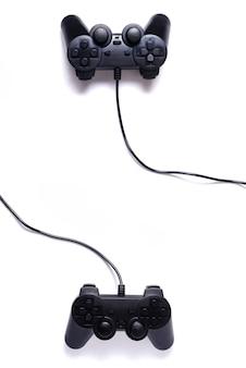 Dois joysticks pretos em um fundo branco