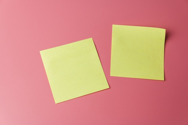 Dois lembretes de lembrete amarelo em um vermelho