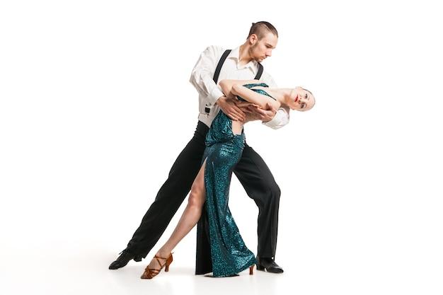 Dois lindos artistas profissionais dançando sobre fundo branco