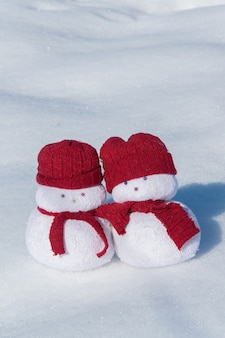 Dois lindos bonecos de neve brinquedos no conceito de celebração do feriado de neve branca