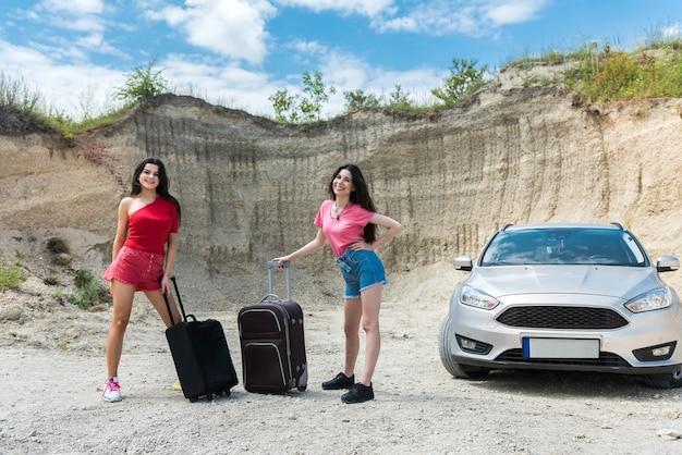 Dois lindos jovens aproveitam a aventura do verão no carro