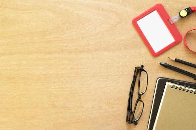 Dois livros, clipe de papel, lápis, caneta, cartão de empregado
