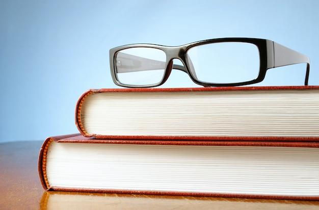 Dois livros e óculos