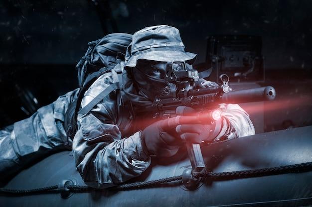 Dois lutadores de uma unidade especial movem-se à noite no rio em um barco. o conceito de operações especiais, otan, guerra. mídia mista