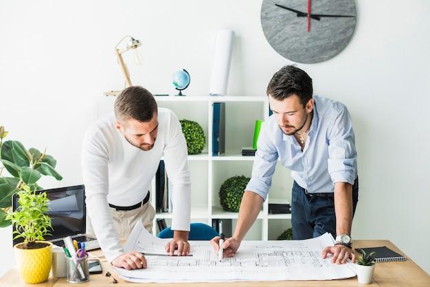 Dois, macho, arquiteta, preparar, blueprint, em, escritório