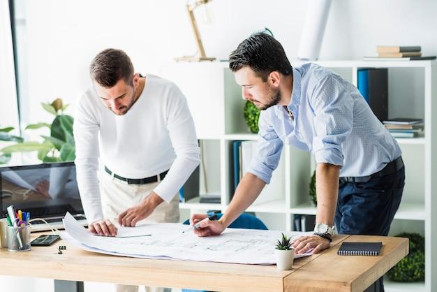 Dois, macho, arquiteta, trabalhando, ligado, blueprint