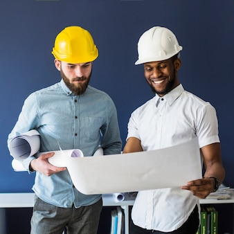 Dois, macho, engenheiros, olhar, blueprint