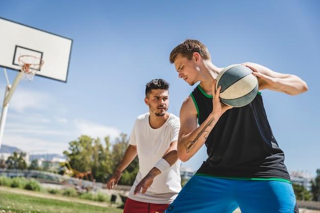 Dois, macho, jogador, tocando, basquetebol