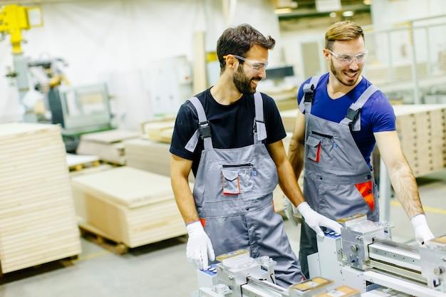 Dois, macho, trabalhadores, trabalhando, em, mobília, indústria, e, criando, costume, mobília